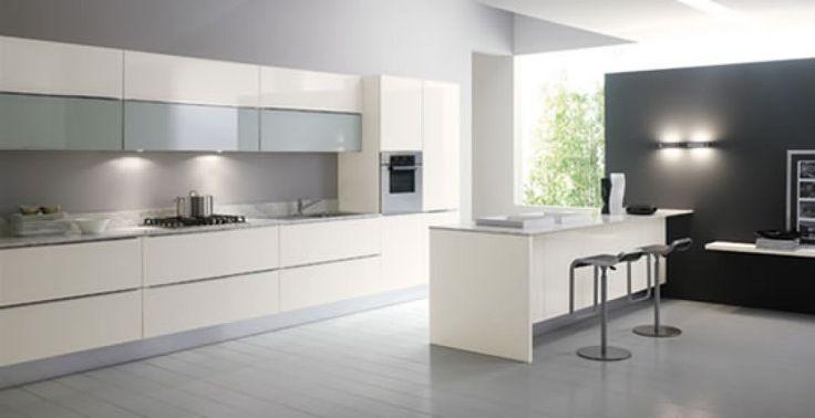 Cocina blanca con puertas de cristal