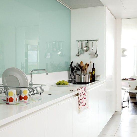 Cocina blanca de diseño con acabado brillo