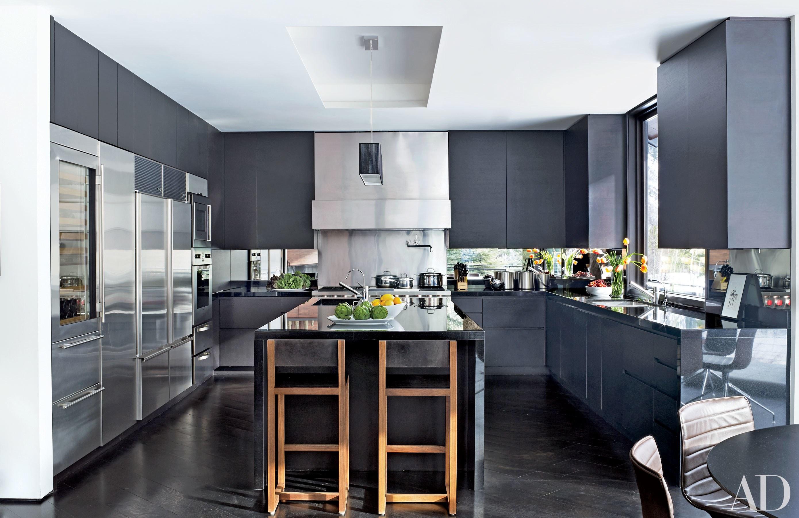 Cocina con isla gris de línea moderna