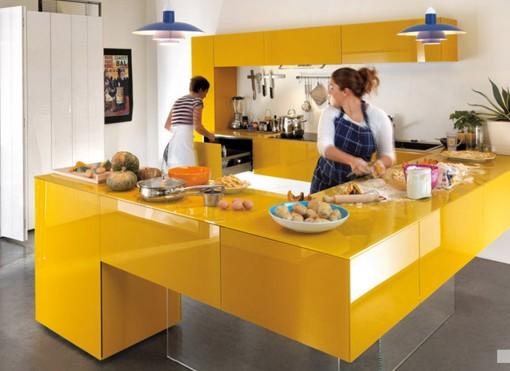 Cocina diseño color mostaza con península