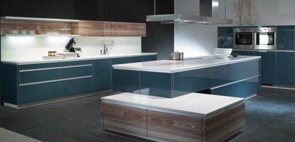 Cocina azul y madera vitrificada